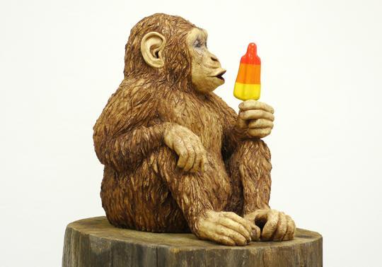 chimpanzee sculptuur raket ijsje